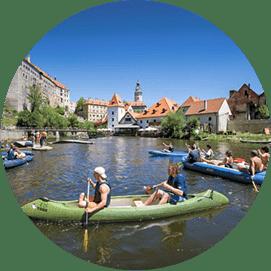 Vodáci na Vltavě v Českém Krumlově